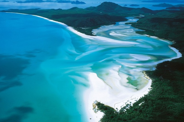 Пляж расположен на острове Уитсанди и является одним из лучших в Австралии.