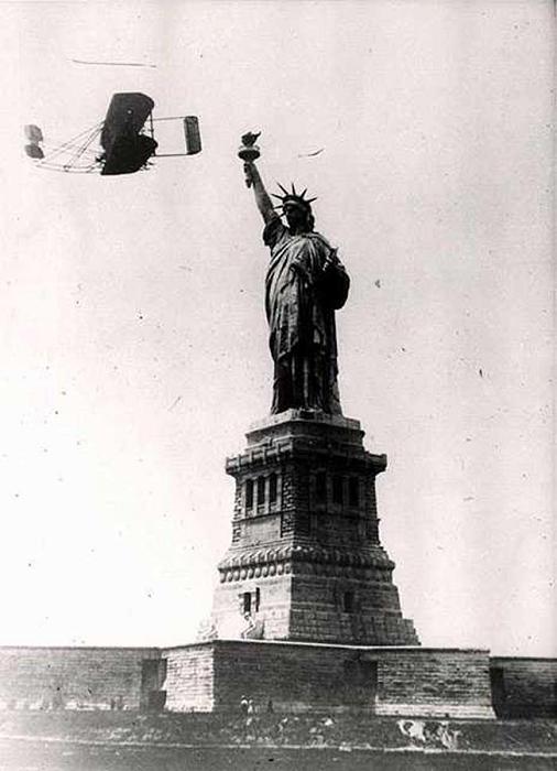 4 октября 1909 во время празднеств в Нью-Йорке Уилбур Райт совершил 33 минутный полет над городом, облетев вокруг Статуи Свободы.