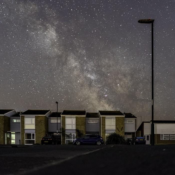 В безлунную ночь млечный путь можно увидеть невооруженными глазами на ночном небе.