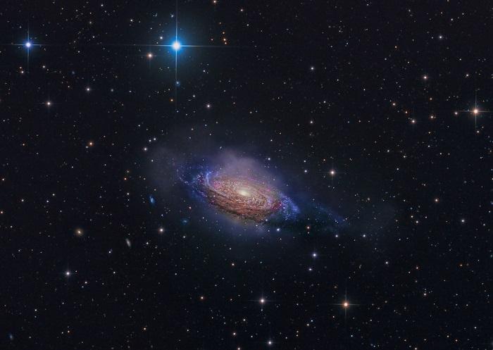 Система из звезд и темной материи.