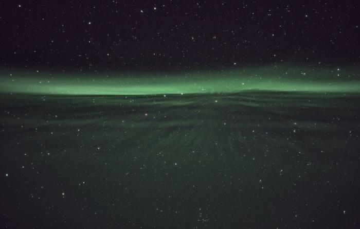 Заряженные частицы солнечного ветра, попадающие в полярную ионосферу.