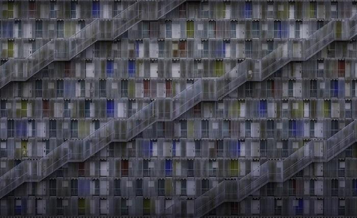 Победителем в категории «Застроенная среда / Архитектура» стал фотограф Даниэль Айзель (Daniel Eisele) из Германии со снимком жилого комплекса в Японии.
