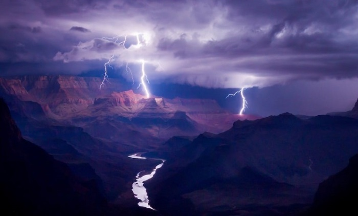 1-е место в спецкатегории от EPSON занял американский фотограф Колин Силлеруд (Colin Sillerud), запечатлевший молнию в Большом каньоне.