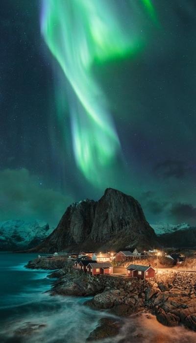 2-е место в спецкатегории от EPSON присуждено фотографу Мадсу Питеру Иверсену (Mads Peter Iversen) из Дании за снимок северного сияния над островом Хамней.