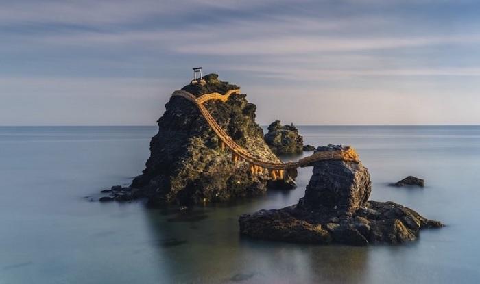 Победителем «Премии Каролины Митчум» стала австралийский фотограф Анастасия Вулмингтон (Anastasia Woolmington) со снимком священных скал Мэото Ива.