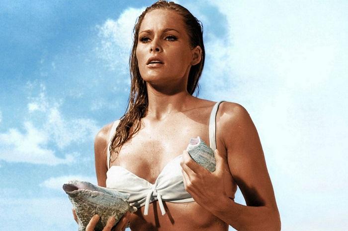 Швейцарская киноактриса, секс-символ 1960-х во Франции Урсула в роли Ханни Райдер в фильме «Доктор Ноу», 1962 год.