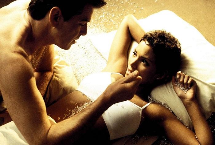 Американская киноактриса Хэлли в роли Джинкс «Умри, но не сейчас», 2002 год.