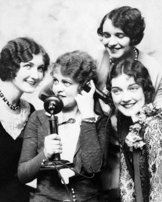 Девушки одеты и причесаны по моде в период «Великой депрессии».