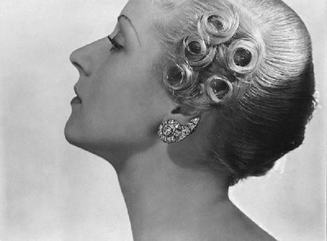 Обладательницам длинных прямых волос приходилось долго трудиться над созданием образа.