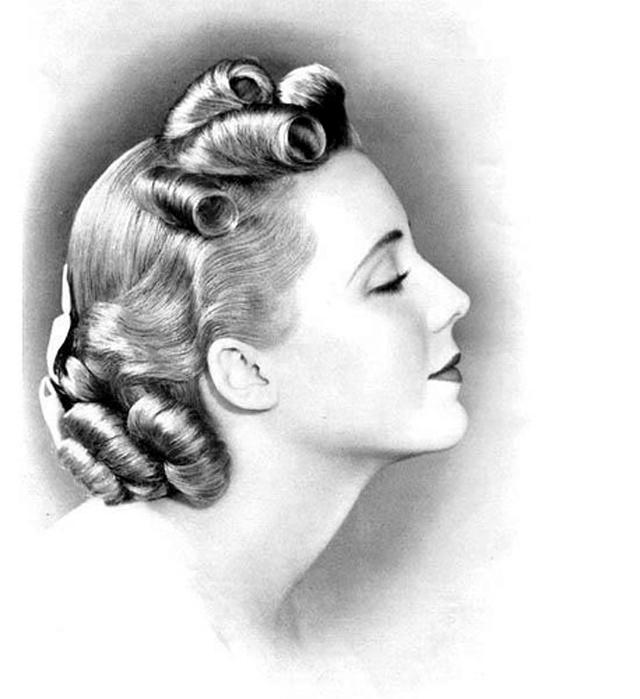 Самая актуальная длинна волос по плечи или до подбородка, которые затем завивались.