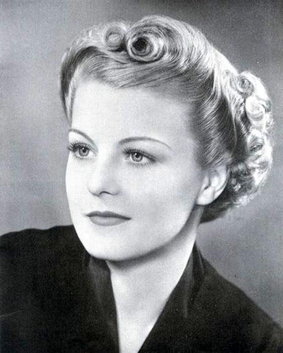 Девушка с ярко накрашенными губами и глазами, с бровями-ниточками, подрисованные карандашом.