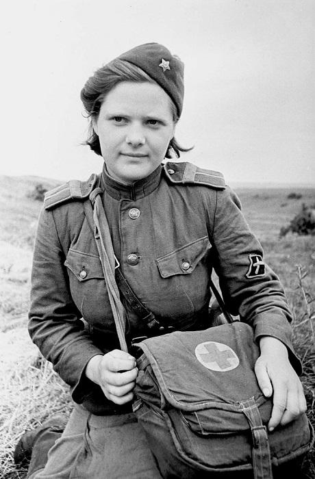 Старшина В. Соколова, санинструктор истребительно-противотанковых артиллерийских частей Красной Армии.