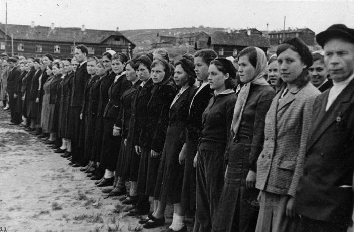 Женское подразделение на военных занятиях.