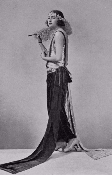 Мода на перья, бусины и прозрачные ткани отобразилась на образе фасона.