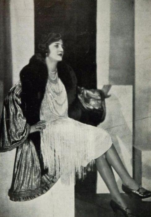 Меха и изделия из меха приобретались дамами только из высшего общества.