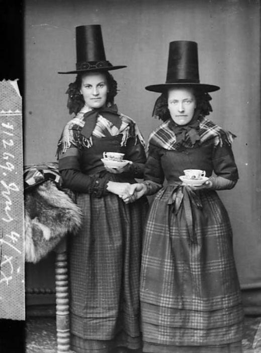 Такие оригинальные женские головные уборы часто в шутку называли «шляпами трубочистов».
