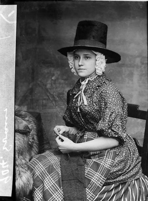 Очень часто под традиционную валлийскую женскую шляпу надевался чепец, украшенный кружевом.