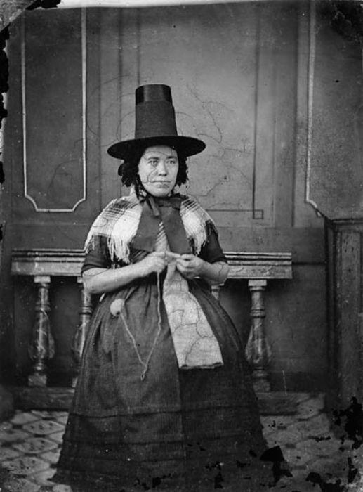 Чепец одевался больше для удобства, чем для красоты, и его наличие на голове женщины зависело от материала, из которого пошита шляпа.