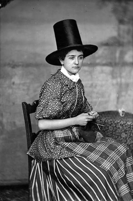 Необычные женские головные уборы изготавливались из войлока или льняной ткани, которую дополнительно обрабатывали и усиливали смолой и шелком.