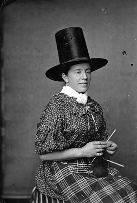Сохранившиеся черно-белые фотографии, созданные в период между 1838 и 1905 годами, наглядно демонстрируют популярность валлийской женской шляпы.