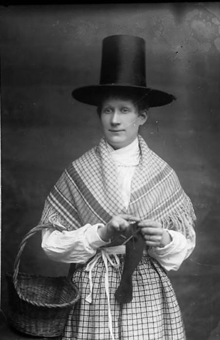 В конце 19-го века началось возрождение валлийских традиций и знаменитые шляпы снова украшают женские головы.