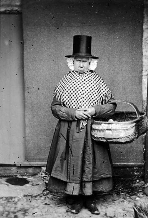 Жительница Мэрри Пэрри в нарядном варианте валлийского национального костюма.