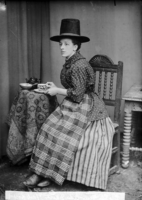 Нарядный вариант одежды валлийских женщин шился из черного шелка и заботливо украшался роскошной ручной вышивкой.