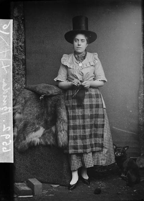 Самой примечательной частью женского валлийского костюма была шляпа, которая очень похожа на мужской цилиндр.