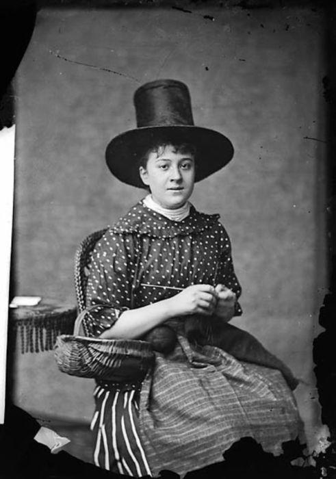 Примечательно, что существовало два вида женских валлийских шляп, которые, тем не менее, очень похожи.
