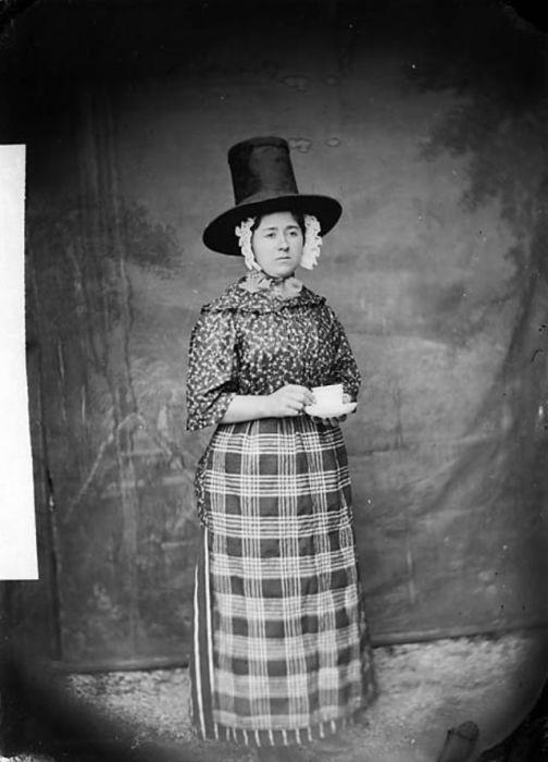 На северо-западе Уэльского региона женщины носили шляпы с ровной верхней частью, которые назывались «барабанными».
