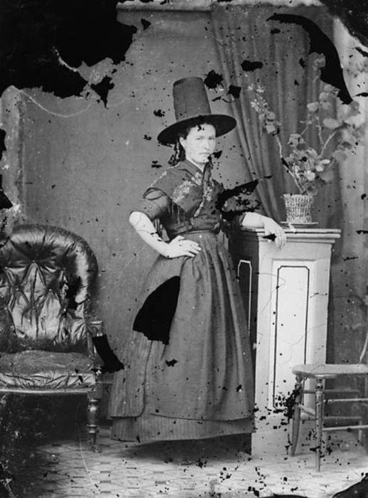 В то время как женщины, проживающие в остальном Уэльсе, предпочитали шляпы, слегка сужающиеся к верху – «конусообразные».