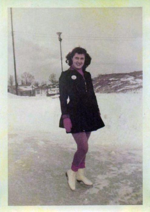 Характерным женским силуэтом 40-х стал Х-образный - тонкая талия, узкие бедра и широкие плечи.