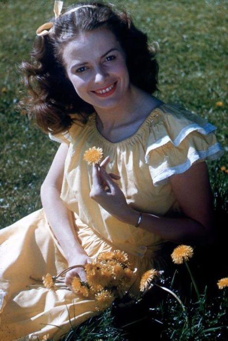 Для создания контраста между широкими плечами и тонкой талией на летних платьях появились короткие рукава - «крылышки».