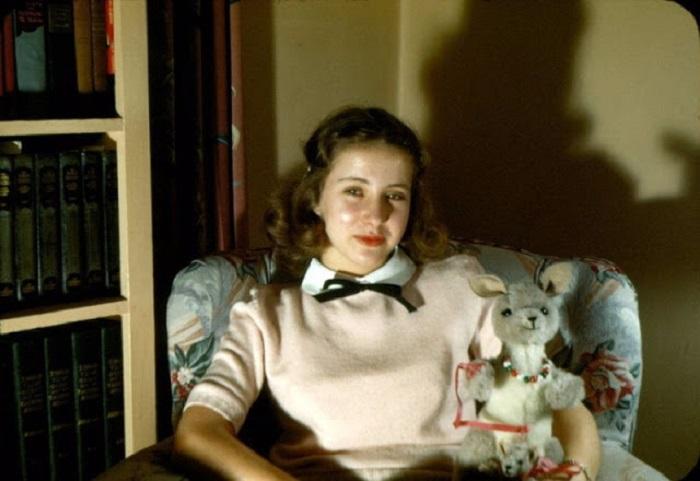 Высокие, округлые и милые маленькие воротнички присутствуют в моде 1940-х годов, изящно подчеркивая линию шеи.