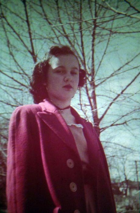 Верхняя одежда отличалась высокими плечами с глубокими проймами и рукавами реглан, пальто дополнялись поясом с пряжкой.