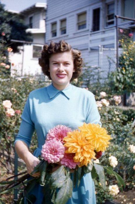 Актуальный макияж 1940-х – тонкие брови, подчеркнутые скулы и ярко-красная помада на губах.