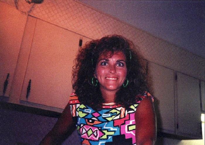 1980-е годы – это не только время ярких цветов и броского макияжа, но и пышных причесок с огромным начесом или завивкой.