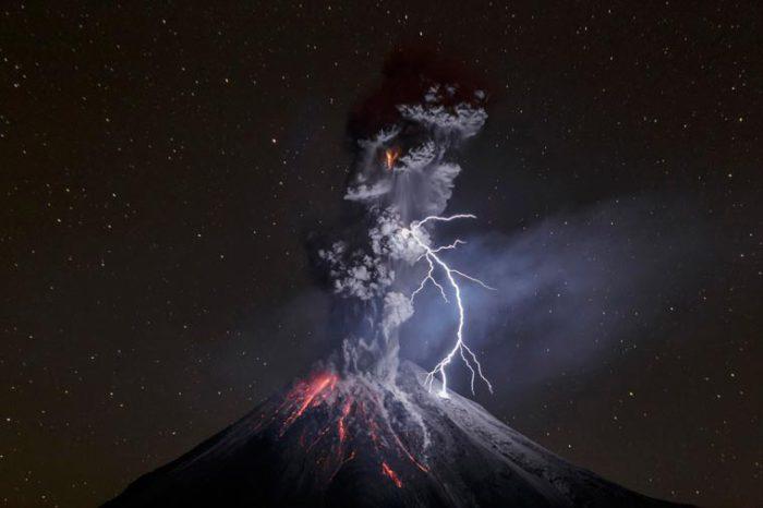 Ночное извержение вулкана Колима в Мексике.