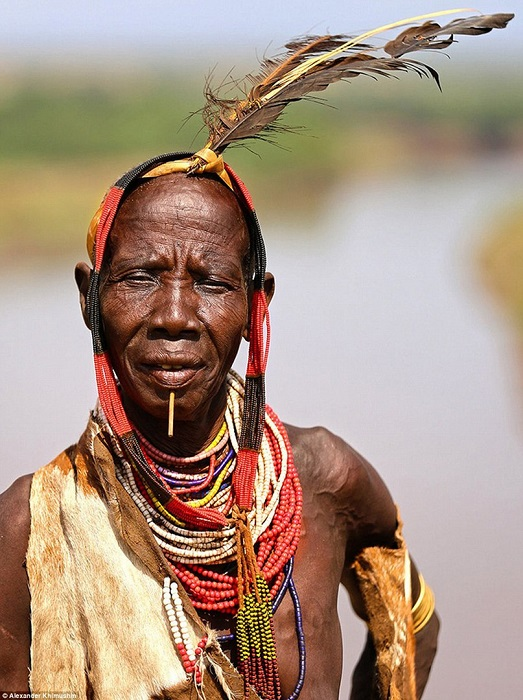 Все представители этого племени очень любят украшения, которые зачастую делают сами из подручного материала.