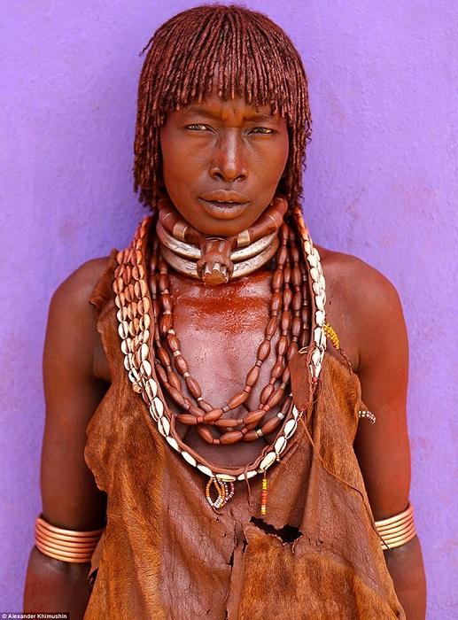Замужние женщины носят на шее специальные металлические ободки, а первая жена – кожаный ошейник с большой шайбой.