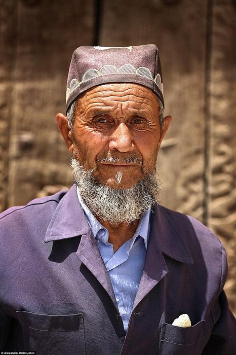 Пожилой узбек в традиционном головном уборе – тюбетейке.
