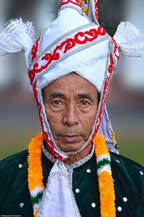 Старейшина, облаченный в традиционные одежды, готовится к ритуальному танцу Джагои.