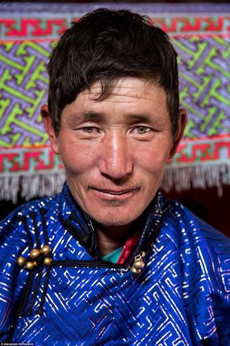Представитель одного из последних кочевых народов мира в традиционной одежде.