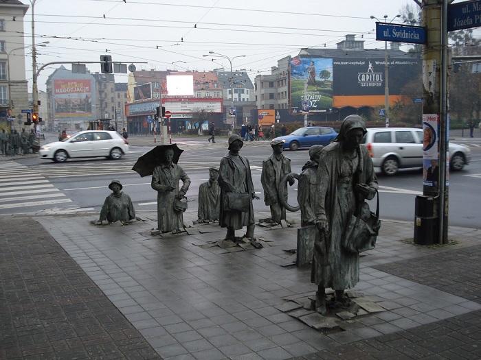 Скульптура символизирует подавление личности во времена коммунизма и подпольную антикоммунистическую деятельность поляков в 1980-х годах.