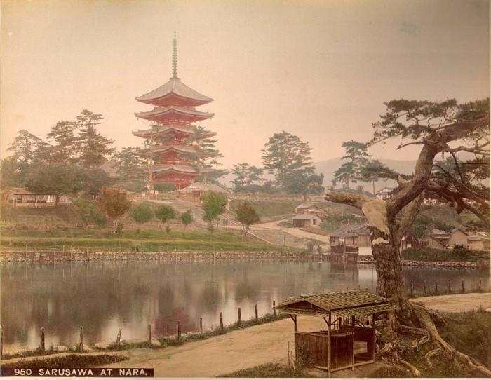 В тихих водах пруда отражается 50 метровая пагода, которую видно из любой точки города Нара.
