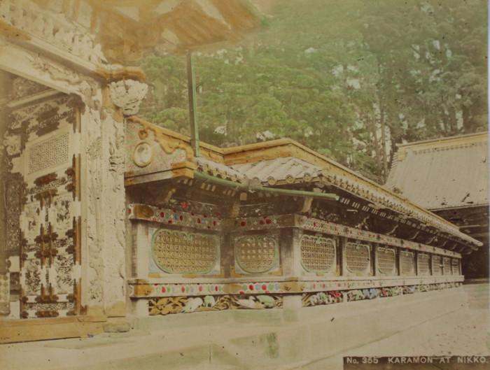 Знаменитые, бело-золотые, ворота храма Тосегу в Никко.