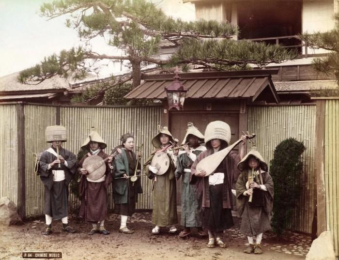 Играющие на музыкальных инструментах на улице.