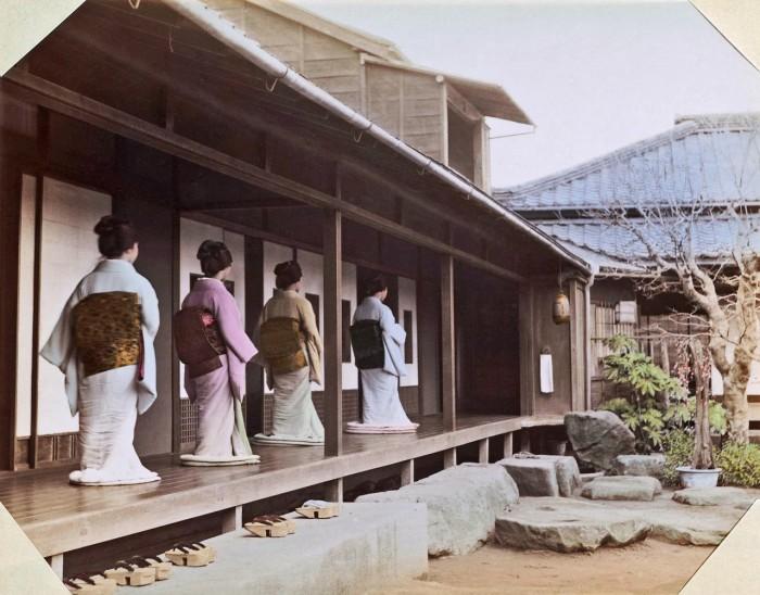 На крыльце чайного домика в саду Окано, Токио.