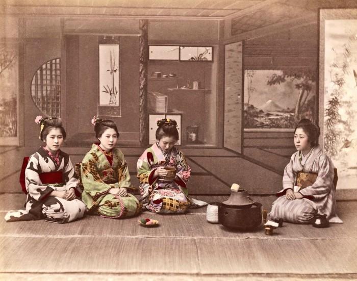 Четыре женщины за приготовлением чая.