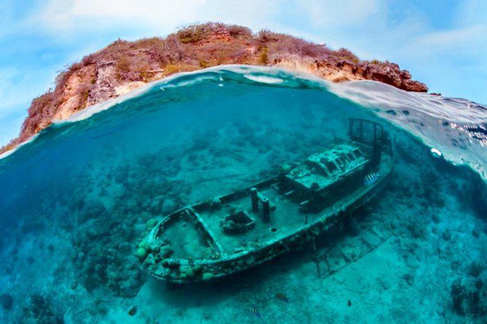 Затонувшая лодка у побережья острова Кюрасао. Фотограф: Thomas Heckmann.